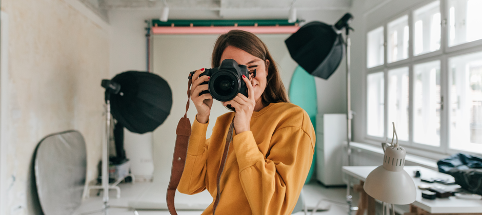 Kvinna med kamera i handen